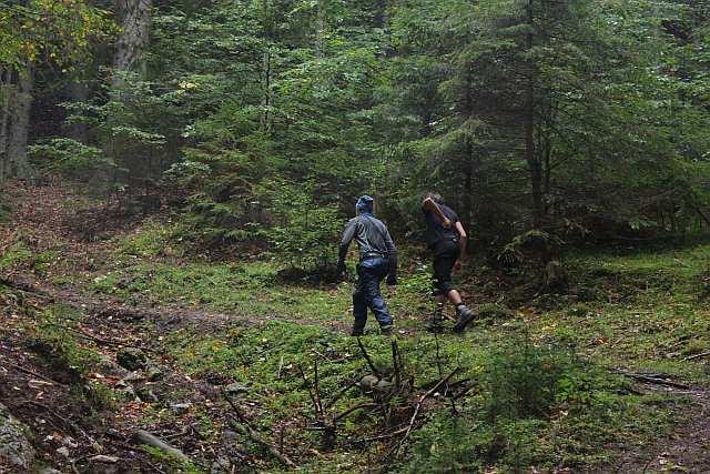 Cristopher und Raphael holen die Wildtierkamera