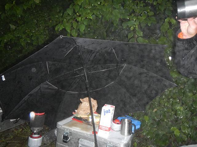 Frühstück unterm Regenschirm