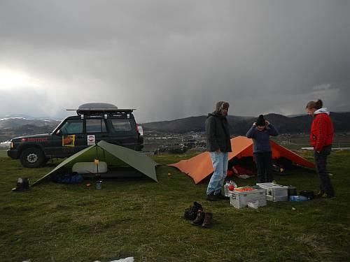 Tarplager vor Schneesturm