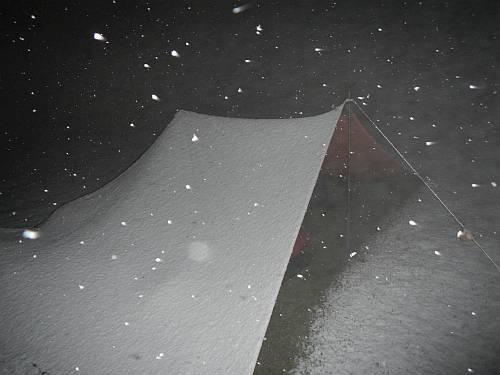 Tarplager im Schnee